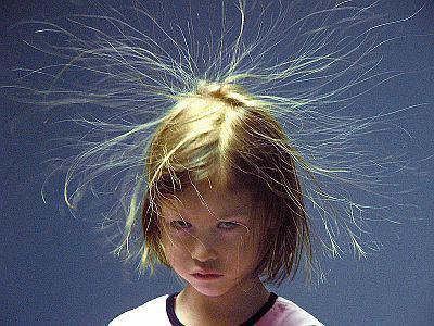 冬は静電気で髪がボサボサ