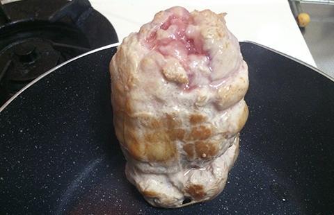 豚バラブロックの表面を焼く