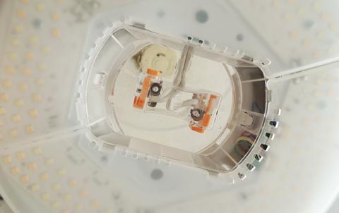 アイリスオーヤマシーリングライトの取り付け部分は透明